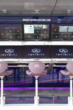 La boîte de mine devant le garage d'arrêt de mine de Red Bull emballant l'équipe de Renault Photos stock