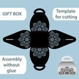 La boîte de papier de cadeau à jour avec une poignée, le modèle de dentelle, ensemble sans colle, a coupé le calibre, empaquetant Photo stock