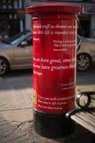 La boîte de pilier anglaise rouge lumineuse couverte en Shakespeare cite Photos libres de droits