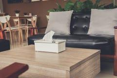 La boîte de tissu a mis dessus une table de café photo libre de droits