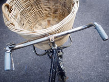 La boîte en osier sur la bicyclette Support de bagages Photographie stock libre de droits