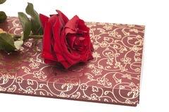 La boîte et le rouge à chocolat se sont levés Image stock
