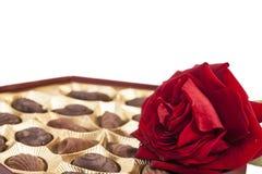 La boîte et le rouge à chocolat se sont levés Photographie stock libre de droits
