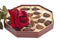 La boîte et le rouge à chocolat se sont levés Photo stock
