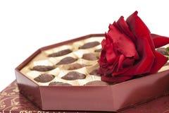 La boîte et le rouge à chocolat se sont levés Photo libre de droits