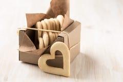 La boîte a rempli de biscuits de coeur pour le jour de valentines Photo libre de droits