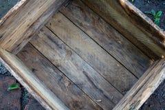 La boîte vide au sol dans l'arrière-cour photo libre de droits