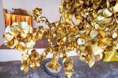 La BO d'or poussent des feuilles dans le temple Images libres de droits