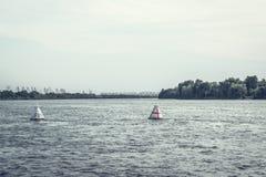 La boa di navigazione del fiume indica il percorso per l'introduzione delle navi immagine stock libera da diritti