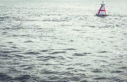La boa di navigazione del fiume indica il percorso per l'introduzione delle navi fotografia stock libera da diritti