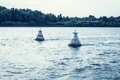 La boa di navigazione del fiume indica il percorso per l'introduzione delle navi fotografie stock libere da diritti