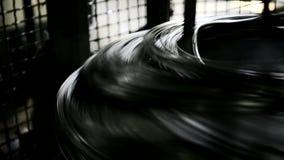 La bobina con las barras finas del metal hace girar rápidamente la máquina almacen de metraje de vídeo