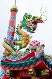 La bobina del drago intorno al palo in cinese shrine in Tailandia Fotografia Stock Libera da Diritti