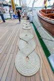 La bobina dell'attracco della corda nautica (canapa) ha piegato nella forma dell'elica veduta sulla piattaforma di una nave a Anv immagini stock libere da diritti