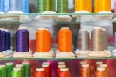 La bobina variopinta del filo del ricamo utilizzando nell'industria di indumento, fila di filato multicolore rotola, cucendo il m fotografia stock