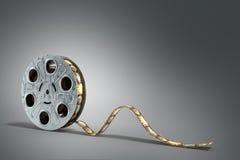 La bobine de film avec une bande 3d de film rendent sur le fond gris Images libres de droits