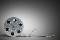 La bobine de film avec une bande 3d de film rendent sur le gris Photos libres de droits