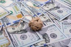 La bobine de la bobine de toile est placée sur des billets de banque de dollar US photos libres de droits
