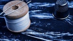La bobine du fil sur la table Fil sur une bobine pour le métier MA Photo stock