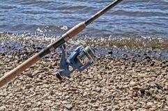 La bobine sur une tige de rotation pour la pêche Photographie stock libre de droits