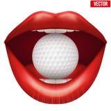 La boca abierta de la mujer con la pelota de golf en labios Imagen de archivo