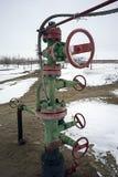 La boca de los pozos de petróleo en la válvula y la bomba Producción petrolífera Fotografía de archivo