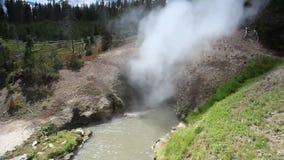 La boca del dragón, parque nacional de Yellowstone, Wyoming, los E.E.U.U. almacen de video