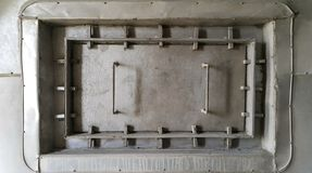 La boca gris del squre en la pared puede abrir /close para el mantenimiento fotografía de archivo