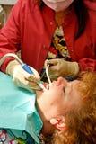 La boca que conseguía paciente dental suctioned Fotografía de archivo