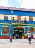 La Boca Straße mit Touristen Lizenzfreie Stockfotos