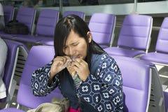 La boca tailandesa del uso de las mujeres del viajero asiático rasga apagado el bolso del bocado Fotografía de archivo libre de regalías