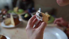 La bocca di una donna mangia Pasqua, lei si siede nella cucina vicino alla tavola di festa video d archivio