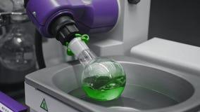 La boccetta chimica gira per mescolare le componenti in laboratorio Industria della farmacia o medica video d archivio