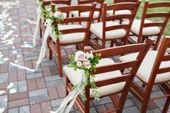 La boda adornó sillas de madera con las flores Fotos de archivo libres de regalías