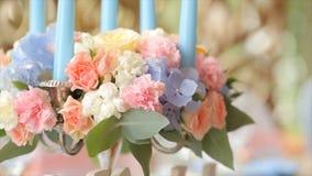 La boda blanca y la familia de la señalización de la boda permanecen en la tabla Boda de la palabra como iluminación de la señali imagen de archivo