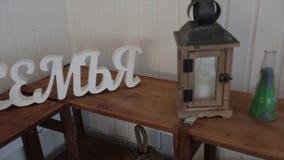 La boda blanca y la familia de la señalización de la boda permanecen en la tabla Boda de la palabra como iluminación de la señali metrajes