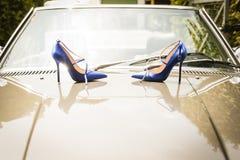 La boda calza a la novia para el día de boda Fotografía de archivo libre de regalías