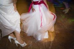 La boda calza a la novia para el día de boda Imagen de archivo