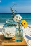 La boda de playa florece las opiniones de Curaçao foto de archivo