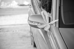 La boda del invierno adornó el coche fotografía de archivo