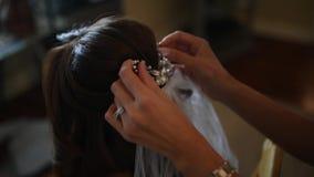 La boda, estilista hace a la novia metrajes