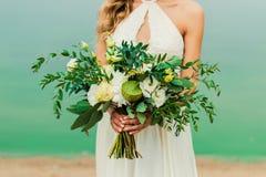 La boda florece el ramo en mano del ` s de la novia Fotos de archivo libres de regalías