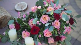 La boda hermosa adornó la tabla fijada para dos en la naturaleza en el jardín Decoración de la boda en los colores violetas y roj almacen de metraje de vídeo