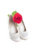 La boda magnífica calza blanco con un rojo se levantó Fotos de archivo libres de regalías