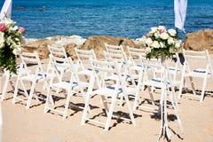 La boda preside el blanco en la arena, flores, floral adornadas Fotos de archivo libres de regalías