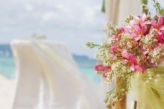 La boda puso y las flores en fondo tropical de la playa Foto de archivo