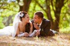 La boda tiró de novia y de novio en parque Imagen de archivo libre de regalías
