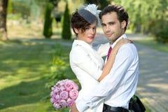 La boda tiró de novia y de novio en parque Fotos de archivo
