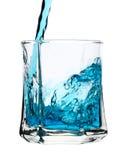 La boisson bleue fraîche est plue à torrents dans la glace Photos stock