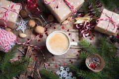 La boisson chaude de Noël dans la tasse présente le fond image stock